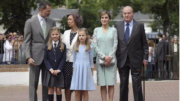 Primera comunión de la Infanta Sofía, acompañada de sus padres y abuelos
