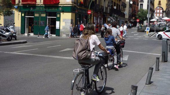 Los vecinos protestan por los carriles bici del Ayuntamiento de Carmena
