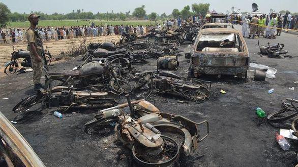 Más de cien muertos al explotar un camión accidentado en Pakistán