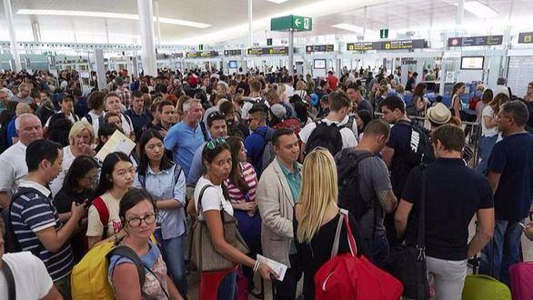 Los sindicatos convocan una huelga de 25 días en todos los aeropuertos