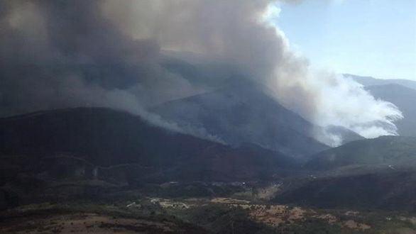 El incendio de Encinedo arrasa más de 8.000 hectáreas y continúa descontrolado