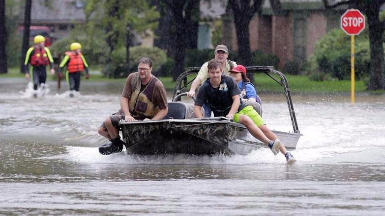 Harvey deja ocho muertos en Houston y las peores inundaciones de su historia