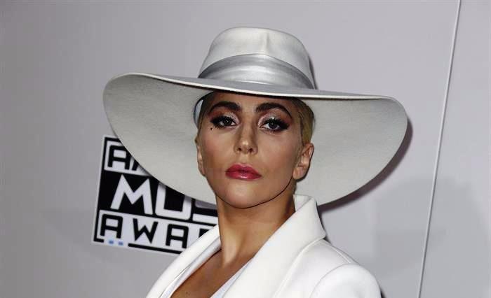 Lady Gaga pospone su gira europea hasta 2018 por fuertes dolores
