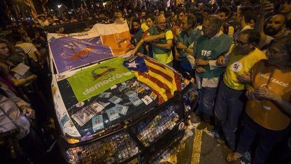 Los independentistas agreden e insultan a la Guardia Civil por desmantelar el 1-O