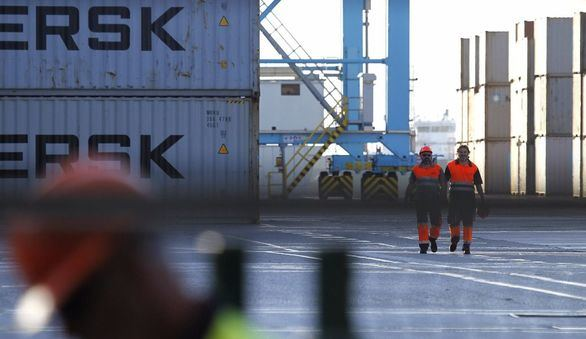 Los estibadores de Barcelona y Tarragona rechazan operar un barco que aloja policías
