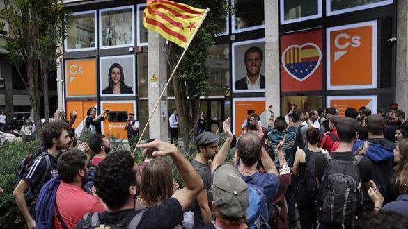 'Escraches' en las sedes del PP y Ciudadanos en Barcelona