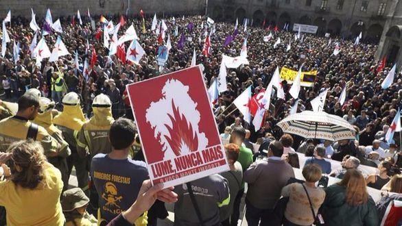 Miles de gallegos marchan para protestar contra los incendios