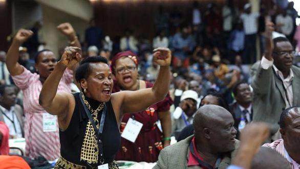 Mugabe, destituido como presidente por su propio partido pero no dimite