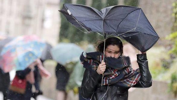 Fuertes vientos y lluvia azotan esta mañana en Santiago de Compostela