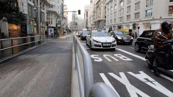 Gran Vía comienza a restringir el tráfico con bloques de hormigón