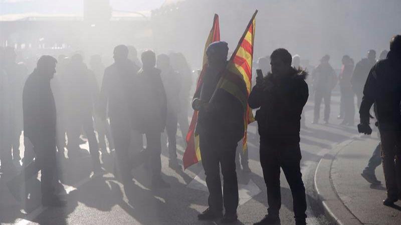 Cargas policiales, destrozos y agresiones en la huelga de taxistas