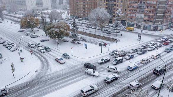 La nieve deja a cientos de escolares sin clase y obliga a restringir el tráfico