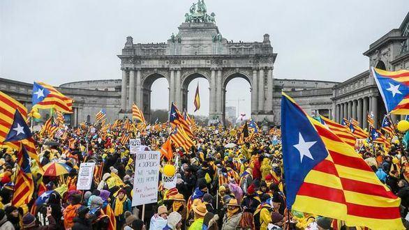 Vacaciones pagadas a miles de separatistas para jalear a Puigdemont