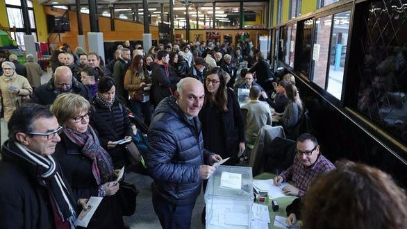 Cinco millones y medio de catalanes deciden este jueves su futuro