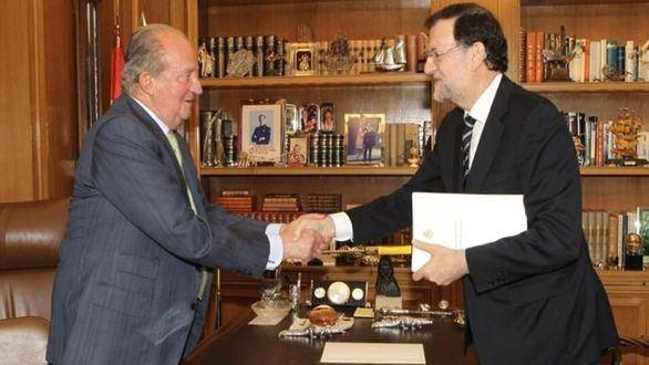 Foto de archivo del Rey emérito saludando a Mariano Rajoy