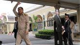 El primer ministro de Tailandia, Prayut Chan-o-cha, se despide de los periodistas mientras deja una fotografía suya a tamaño real ante el micrófono en Bangkok