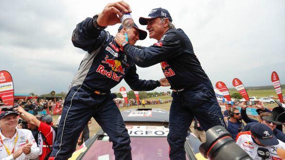 Carlos Sainz, leyenda del automovilismo mundial al ganar su segundo Dakar
