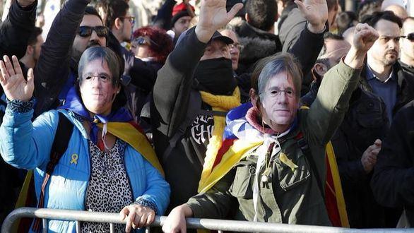 Manifestantes independentistas rompen el cordón policial y se plantan ante el Parlament