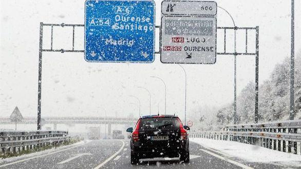 Una treintena de carreteras cortadas por el temporal de nieve