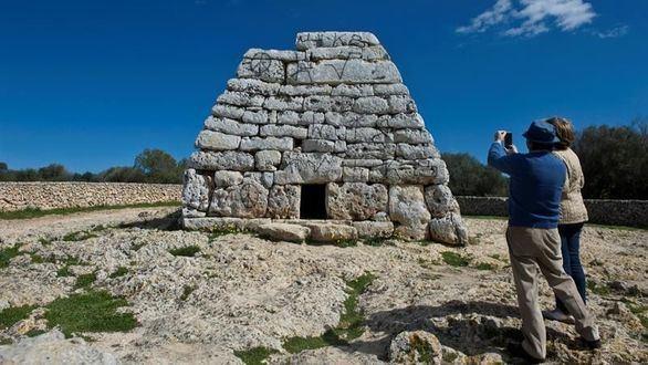 Pintadas en el monumento prehistórico más importante de Menorca