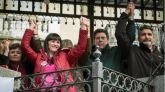La madre de Ruth y José, Ruth Ortiz (i), la esposa y madre de los fallecidos en el doble crimen de Almonte (Huelva), Marianela Olmedo (2i), el padre de Diana Quer, Juan Carlos Quer (2d) y el padre de Mariluz, Juan José Cortés (d), durante la concentración celebrada este domingo en Huelva para apoyar a familiares de menores víctimas de muertes violentas y exigir la no derogación de la prisión permanente revisable.