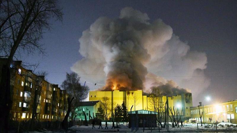 Un incendio en un centro comercial de Siberia deja 64 muertos