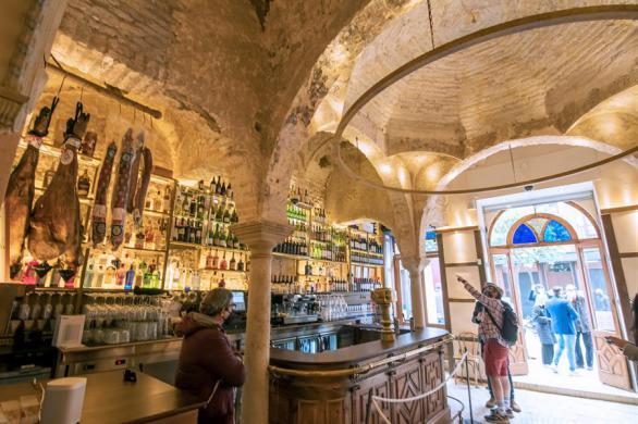 Largas colas para visitar el hamán almohade del siglo XII descubierto en un bar
