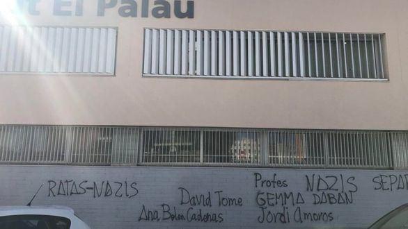 Varias de las pintadas que han aparecido esta mañana en el exterior del IES El Palau de Sant Andreu de la Barca.