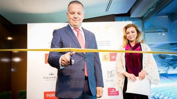 Amin Chaoudri, consejero cultural de la Embajada de Marruecos en España, corta la banda inaugural de la primera edición de Spanish Arab Fashion.