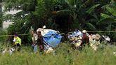 Policías y militares trabajan en la zona donde se ha estrellado la aeronave