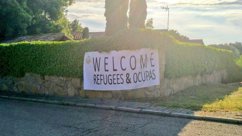 Colocan una pancarta en el chalé de Iglesias y Montero:
