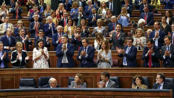 Diputados del PP aplauden tras la aprobación de los Presupuestos Generales del Estado para 2018.