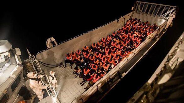 Rescate en alta mar, en la madrugada del domingo 10 de junio, de parte de los 629 inmigrantes que han sido rescatados por el barco 'Aquarius'.