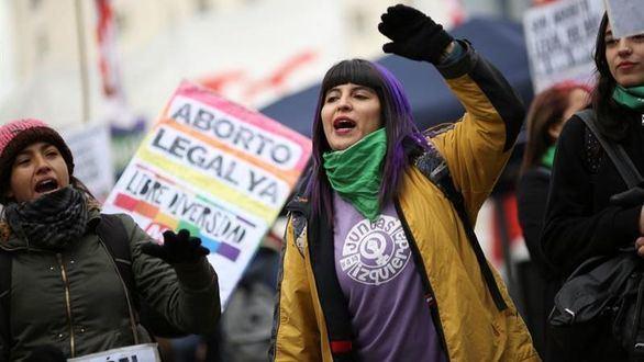 Personas a favor de despenalizar el aborto se manifiestan en el exterior del Congreso, el pasado miércoles 13 de junio en Buenos Aires (Argentina).
