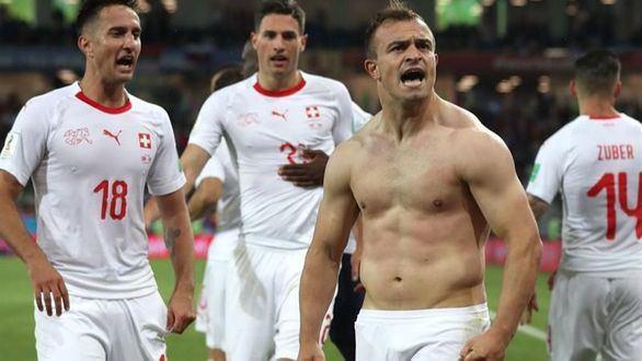 Suiza remonta en el descuento y complica a Serbia   1-2