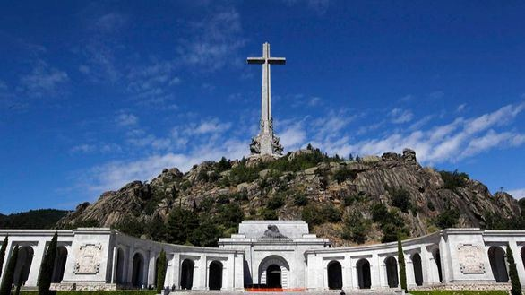 Sánchez insinúa que el traslado de los restos de Franco será en julio