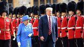 La reina Isabel II de Inglaterra y Donald Trump.