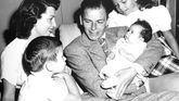 Frank Sinatra y Nancy Sinatra junto a sus tres hijos
