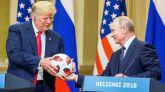 El presidente estadounidense, Donald J. Trump (i), recibe un balón del Mundial de Rusia 2018 de parte de su homólogo ruso, Vladimir Putin.