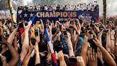 La Selección francesa celebra la Copa del Mundo dándose un baño de masas en París
