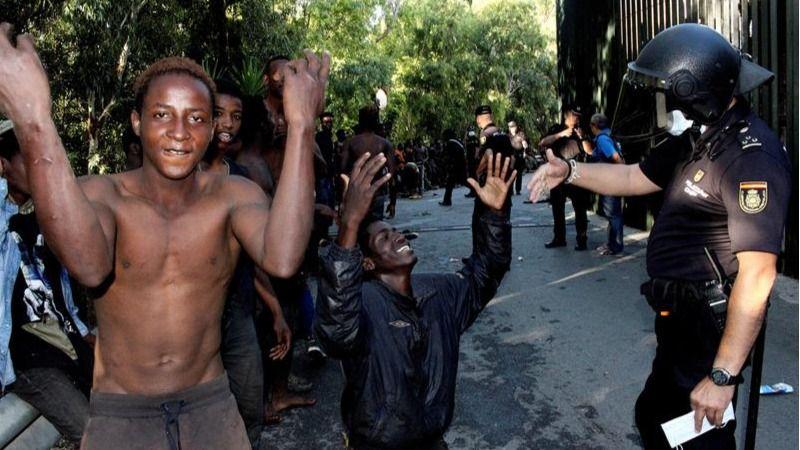 Salto masivo y violento de 602 inmigrantes en la valla fronteriza de Ceuta