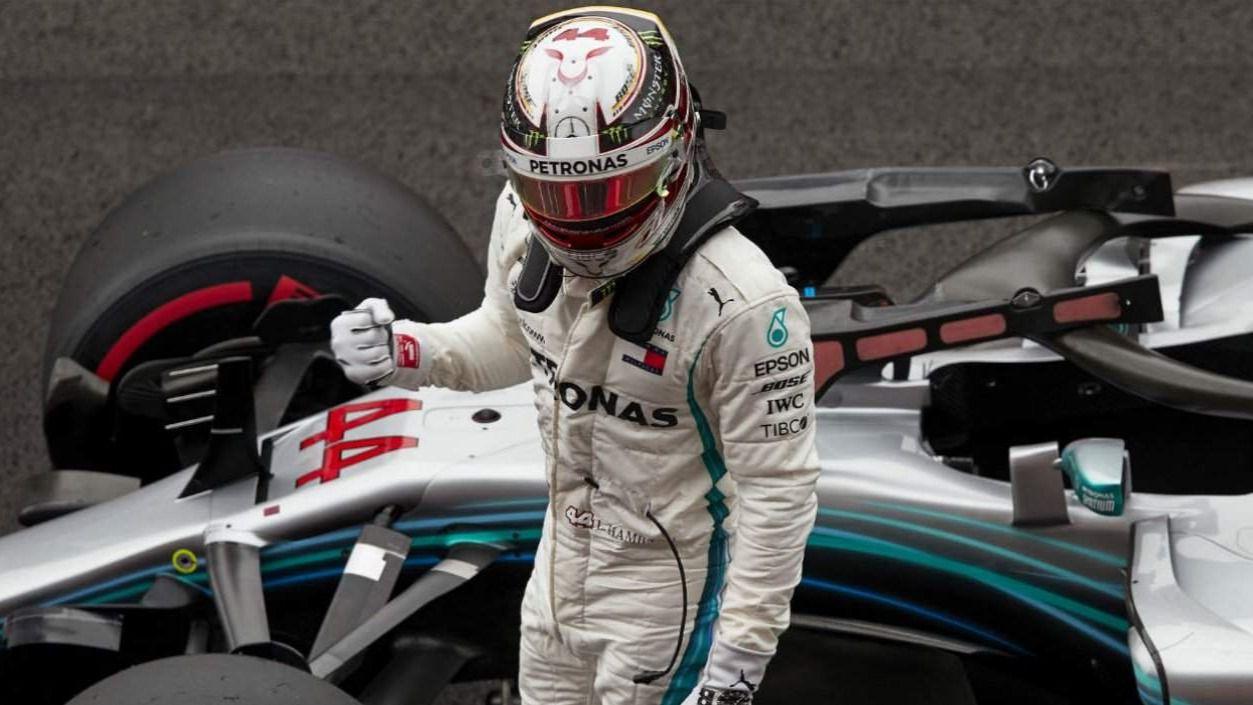 Hamilton sorprende a Vettel bajo la lluvia de Hungría y Sainz saldrá quinto