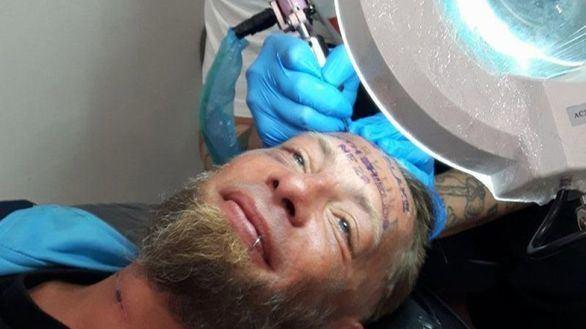 Unos ingleses pagan 100 euros a un vagabundo por tatuarse