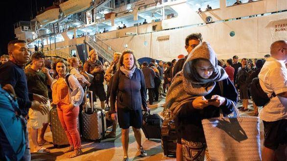 Decenas de turistas locales y extranjeros son evacuados de la isla Gili en Lombok.