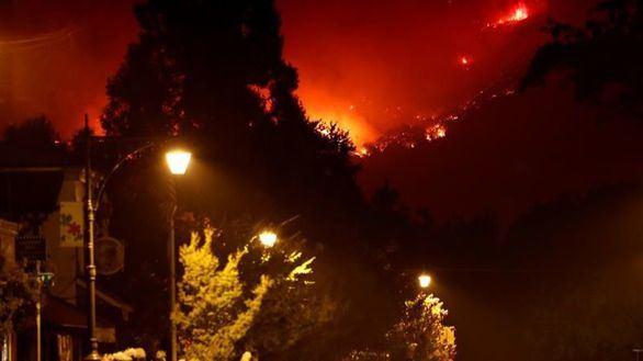 El fuego más grande de la historia de California continúa su avance
