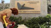 Familiares y allegados depositan ofrendas florales en homenaje a las víctimas del accidente aéreo del vuelo JK5022 de Spanair.