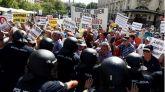 Cientos de pensionistas intentan romper el cordón policial en el Congreso