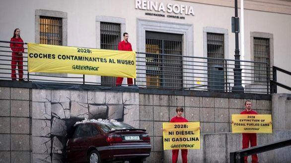 Greenpeace 'empotra' un coche contra el Museo Reina Sofía