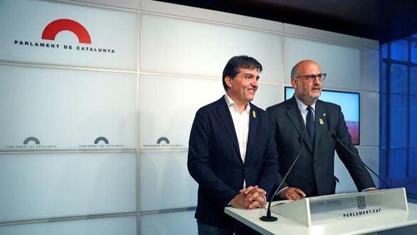 El portavoz de ERC, Sergi Sabrià, y el de JxCat, Eduard Pujol.
