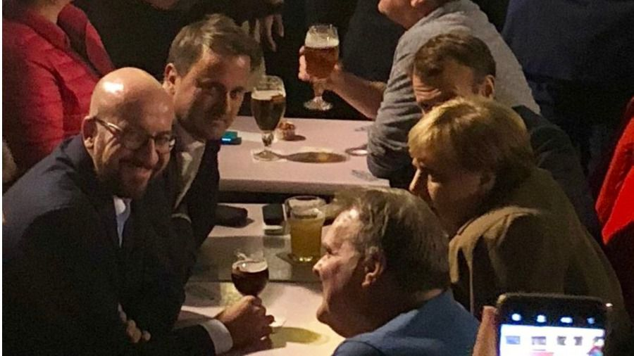 Macron y Merkel viven la noche bruselense en el 'Rey de España' sin Sánchez